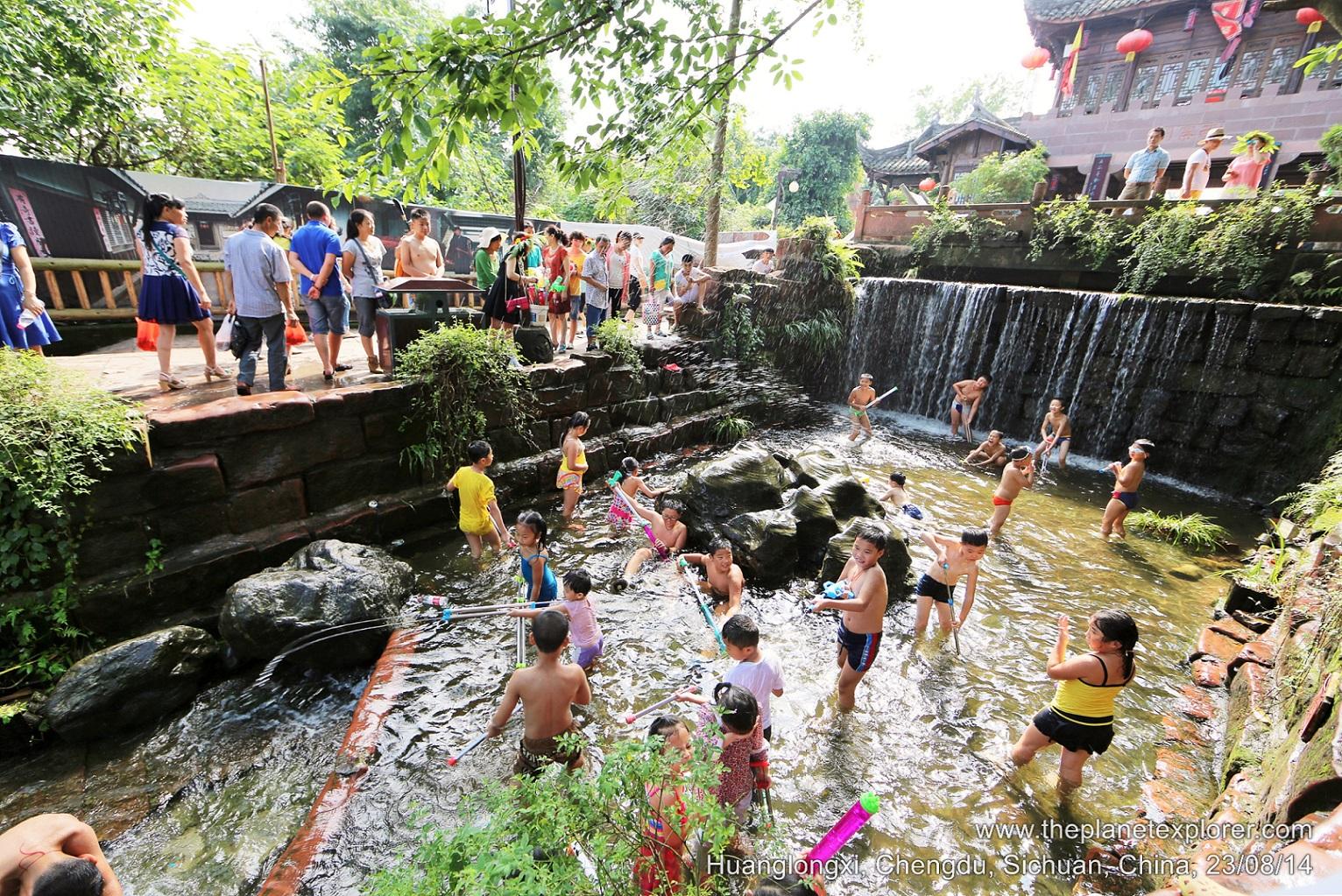 2014-08-23_1548_china_sichuan_chengdu_huanglongxi_stream_lr_nw
