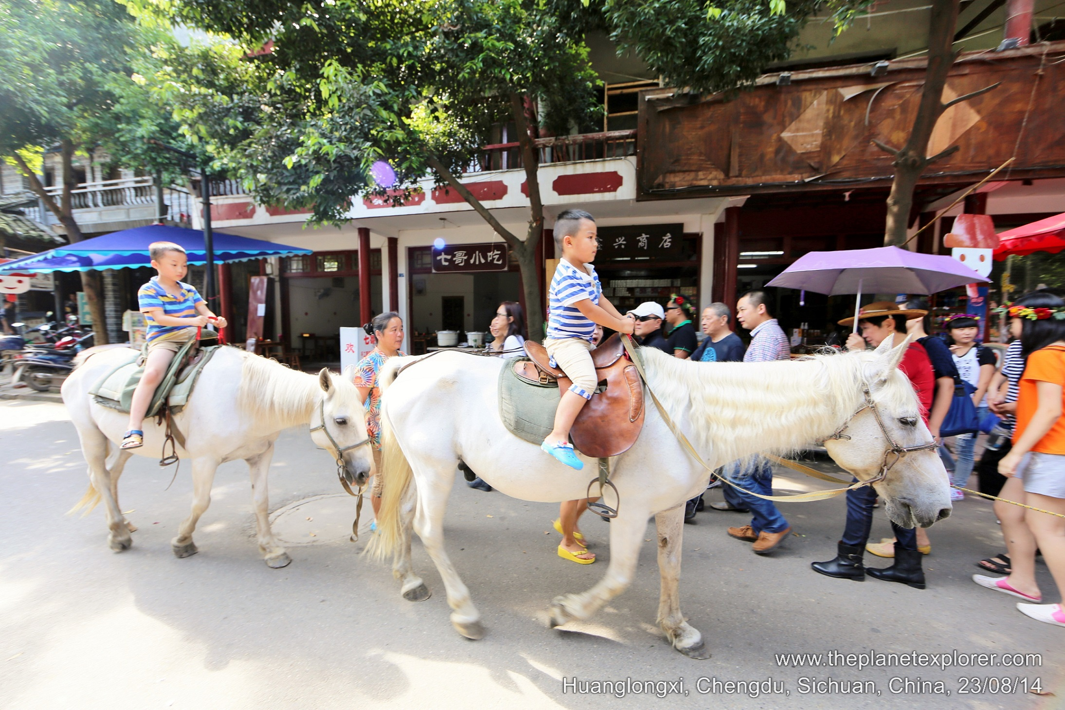 2014-08-23_1600_china_sichuan_chengdu_huanglongxi_horse-riding_lr_nw